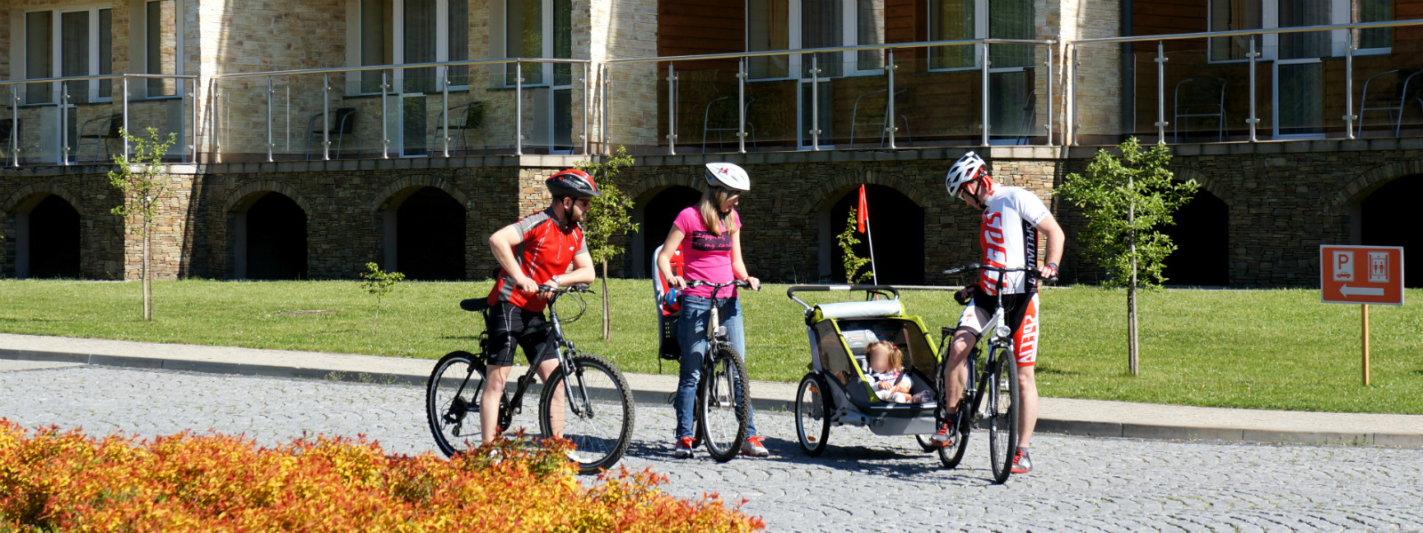 Hotel Activa - rodzina z dzieckiem na rowerach