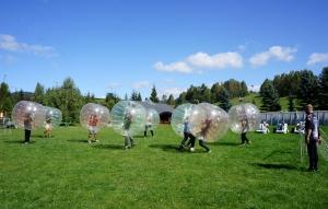 Mecz piłki nożnej w Bumper Ball